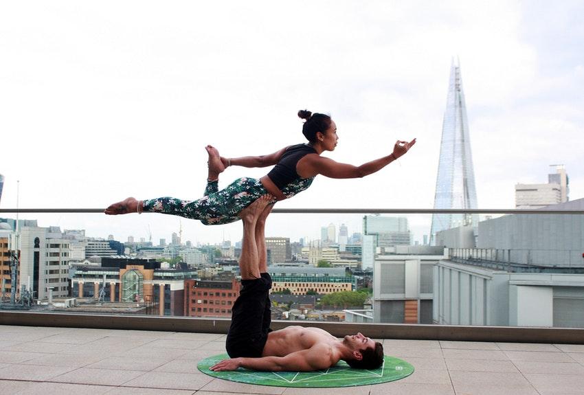 Posturas-de-yoga-en-pareja-refuerza-el-equilibrio-físico-y-mental-1